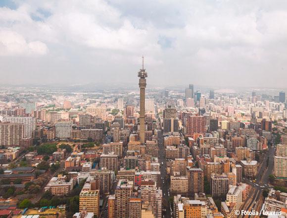 """Mit über 3 Mio. Einwohnern ist Johannesburg die größte Stadt im südlichen Afrika. Die enormen Gegensätze zwischen den Lebensbedingungen """"von schwarz und weiß"""" zeigen sich gerade in dieser Stadt besonders deutlich."""