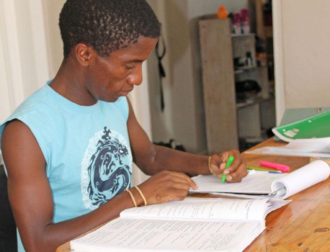Die älteren Teenager bereiten sich auf die baldigen Highschoolabschlüsse vor.