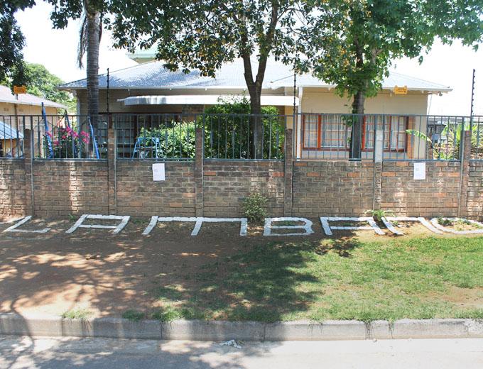 In einem der besseren Wohnviertel Johannesburgs befindet sich in einer ruhigen Seitenstraße das »Lambano Sanctuary« – eine privat initiierte, sozial-caritative Einrichtung.