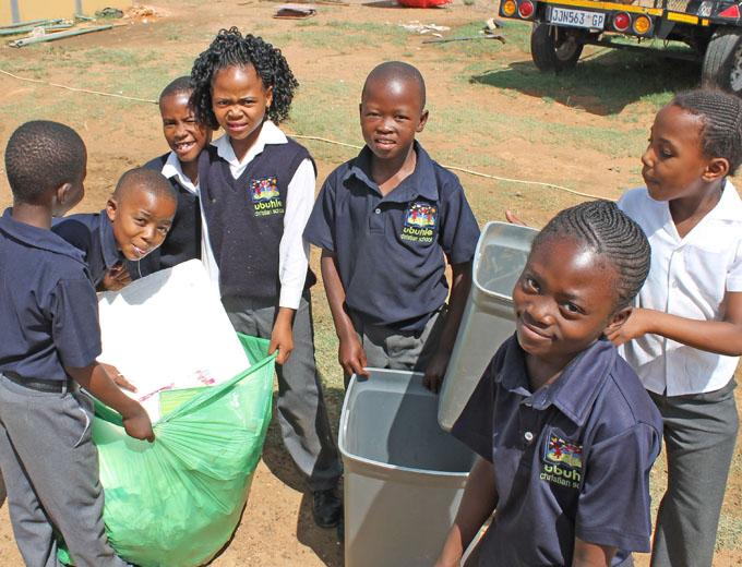Verantwortung übernehmen fürs eigene Leben und Tun wird im Ubuhle großgeschreiben, dazu gehört der tägliche Abfalldienst auf dem Schulgelände...