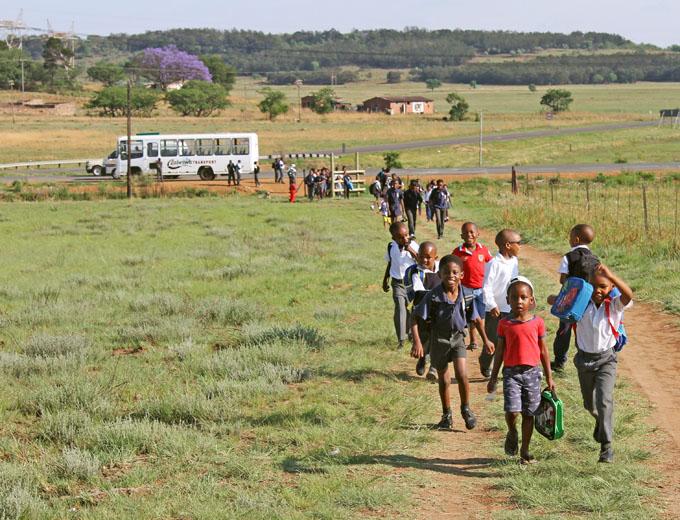 Alle Schüler kommen morgens nahezu zeitgleich um 8.30 Uhr am Ubuhle-Schulgelände an und suchen geradewegs ihre Klassenräume auf.