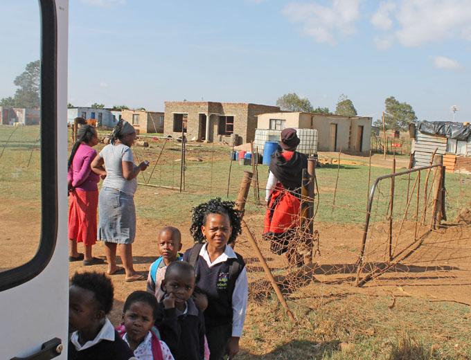 Die Schulkinder auf den entlegenen Gehöften wohnen bis zu 12 km von der Schule entfernt. Bevor sie der Bus an der Landstraße aufnimmt, haben manche schon einen kilometerlangen Fußmarsch zum Haltepunkt hinter sich.