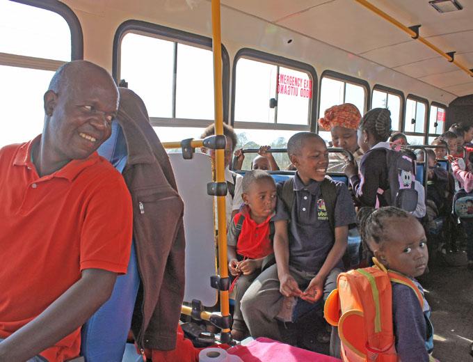 Ein von »kinder unserer welt« mitfinanzierter Bus holt die Kinder morgens ab, bringt sie ins Ubuhle und fährt sie nach Schulschluss wieder nach Hause.