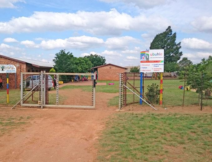 Die Ubuhle-Schule umfasst rund ein Hektar auf dem Gelände einer weitläufigen Farm. Auf dem Schulgelände befinden sich mehrere Unterrichtsgebäude für die Vorschule und für die Klassen 1 bis 7 sowie eine Küche, ein Toilettentrakt und Büros.