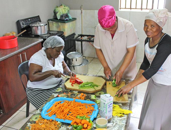 Eine Küchen-Crew bereitet daraus das Mittagessen vor, das meist aus Maismehlpüree mit Gemüse besteht. Für bedürftige Kinder, dem Großteil der Schülerschaft, ist das Mittagessen kostenfrei.