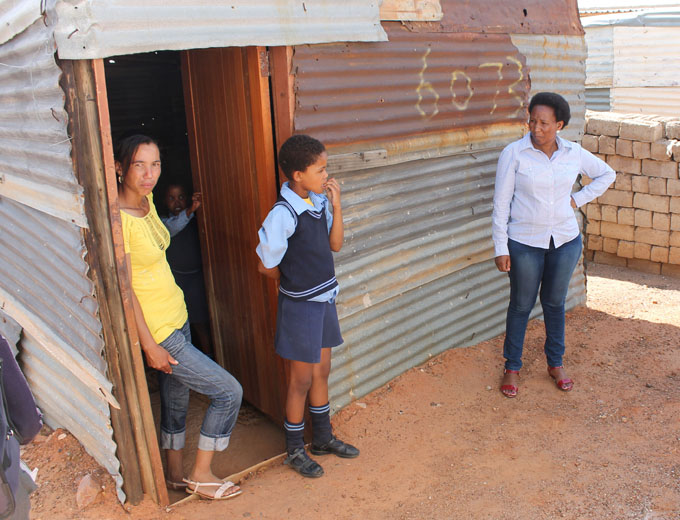 ...oder in fensterlosen Wellblechhütten in Townships, wie diese alleinerziehende Mutter (links) mit ihren beiden Töchtern.