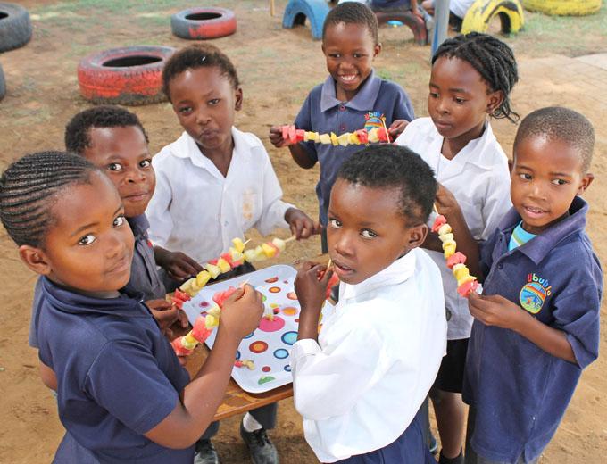 """Oder sie stellen sich Snacks im Rahmen einer anwendungsorientierten Schulstunde zum Thema """"Gesunde Ernährung"""" selber her."""