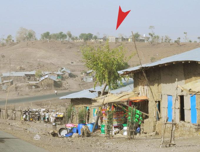 Blick auf das Gesundheitszentrum (Health Centre) von Korarit auf dem Hügel (Pfeil).