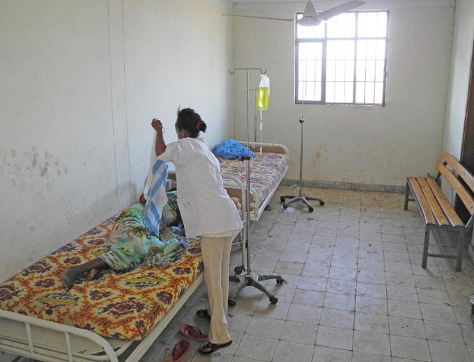 Eines von wenigen Patientenzimmern mit äußerst spärlicher Einrichtung.