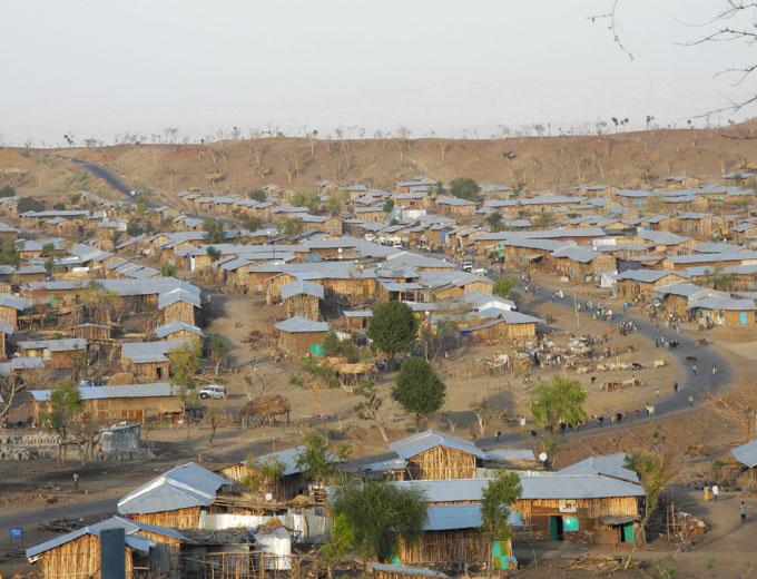 Die neugegründete Stadt Korarit. Einwohnerzahl: 20.000 (2014), geplant: 100.000. Hinter dem Höhenzug am Horizont liegt die entstehende Zuckerrohr-Plantage von 50.000 Hektar.