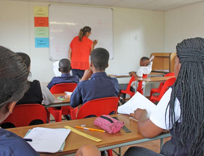 Schulleiterin Melanie gibt Matheunterricht in der 6. Klasse. Das Pensum umfasst alle vier Grundrechenarten sowie Geometrie und Bruchrechnen.