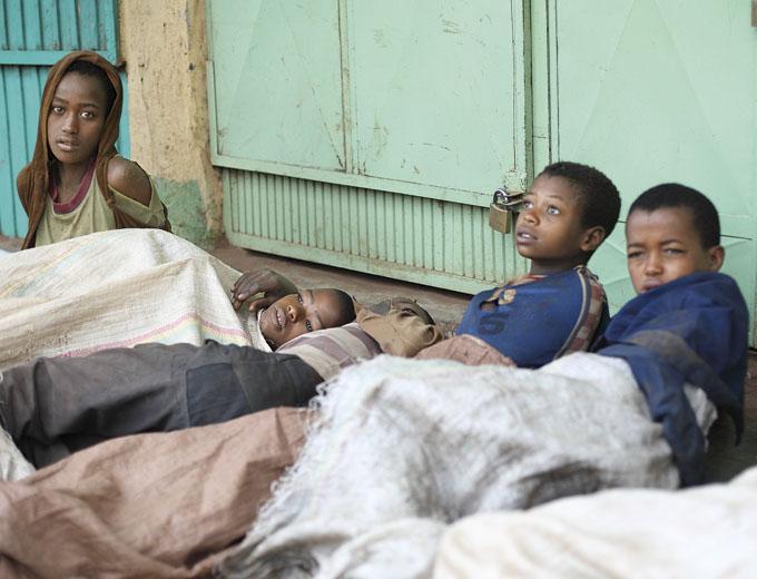 Straßenkinder, die vor einem Lagerhaus übernachtet haben.