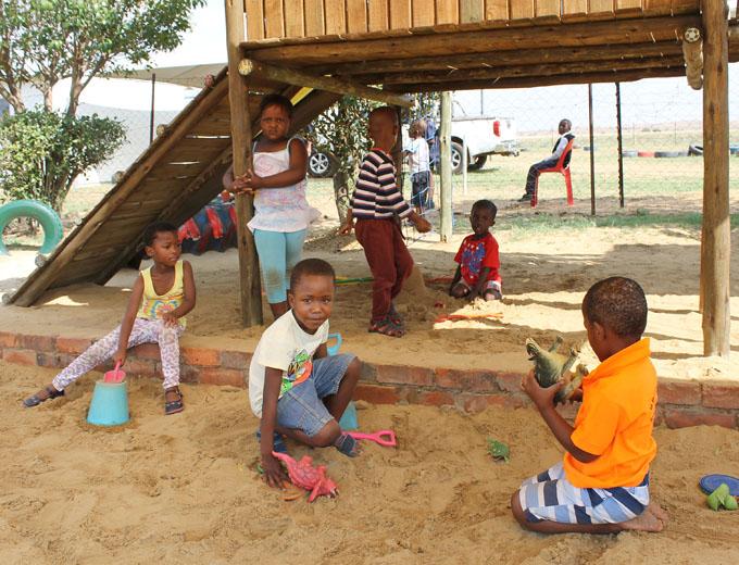 Der Spielplatz auf dem Ubuhle-Gelände ist für die jüngeren Kinder etwas ganz Besonderes. Die trostlose Umgebung ihrer Wohnorte bietet keine Möglichkeiten zum sicheren kindgerechten Miteinander-Spielen.