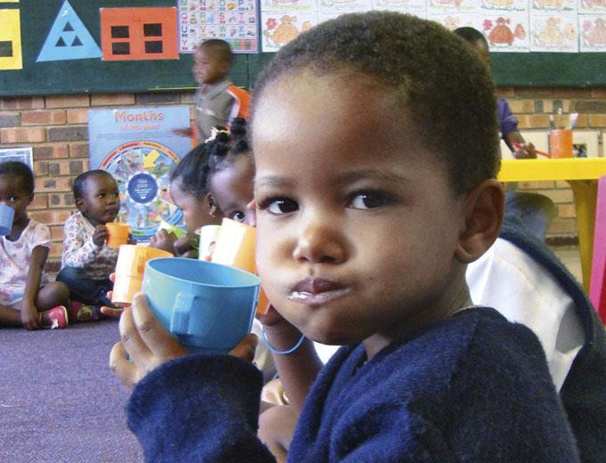 Viele Kinder erhalten erstmals in ihrem Leben im Ubuhle geregelte Mahlzeiten.