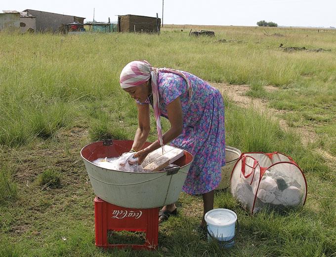 Viele alltäglichen Dinge bedeuten für die schwarze Bevölkerung großen zeitlichen und finanziellen Aufwand, z.B. Wäsche waschen bei lokaler Wasserknappheit, das Besorgen von Lebensmitteln und Alltagsgütern oder Behördengänge in der nächstgelegenen Stadt.