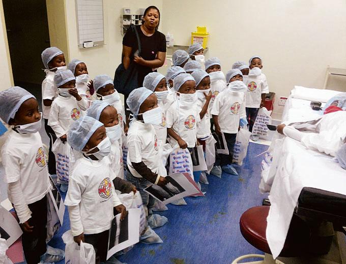 Kleinere Ausflüge sind für die Vorschulkinder besondere Highlights. Hier der Besuch eines Krankenhauses in der nächstgrößeren Stadt.