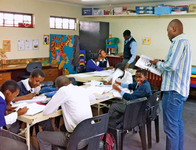 Zur Vorbereitung auf einen guten Schulabschluss spielt für ältere Schüler die angebotene Hausaufgabenbetreuung im Ubuhle eine sehr wichtige Rolle.