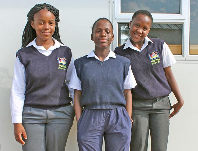 Ab der 1. Klasse tragen die Schülerinnen und Schüler eine Schuluniform – wie diese drei hier aus der 6. Klasse.
