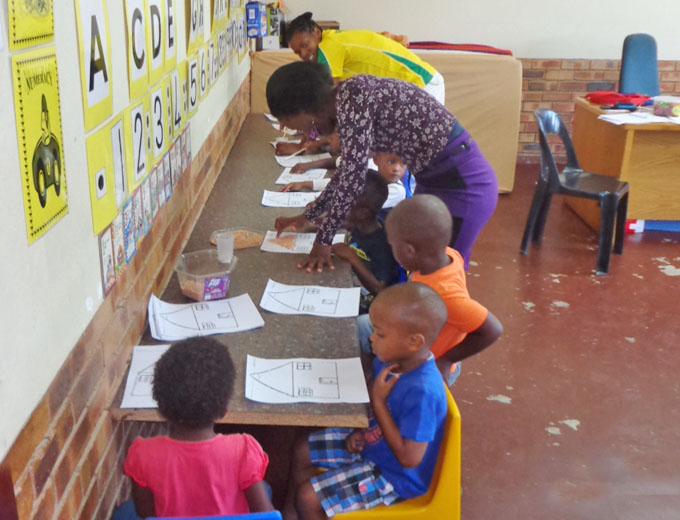 In der Vorschule (Preschool) beschäftigen sich die 3- bis 5-Jährigen mit vielfältigen Themen des Alltags, hören dazu Geschichten, malen und basteln.