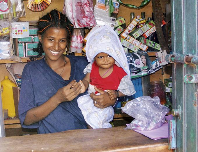 Kurs Kleinhandel: Diese Frau betreibt nach Kursende zur Existenzsicherung für sich und ihr Kind einen kleinen Laden an der Straße mit Waren für den täglichen Bedarf.