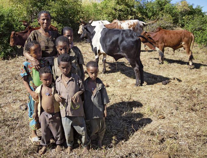 Auf dem Land sind 6 bis 7 Kinder keine Seltenheit. Ohne regelmäßiges Einkommen sind gerade ledige Frauen und Mütter mit ihren Kindern von schwerer Armut bedroht.