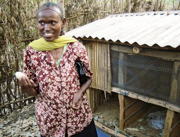 Kurs Tierzucht: Robuste Hühnerrassen verschaffen dieser Frau höhere Einnahmen aus dem Verkauf von Eiern und gezüchteten Nachwuchstieren. Im Kurs lernte sie auch den Bau von geschützten Hühnerställen.