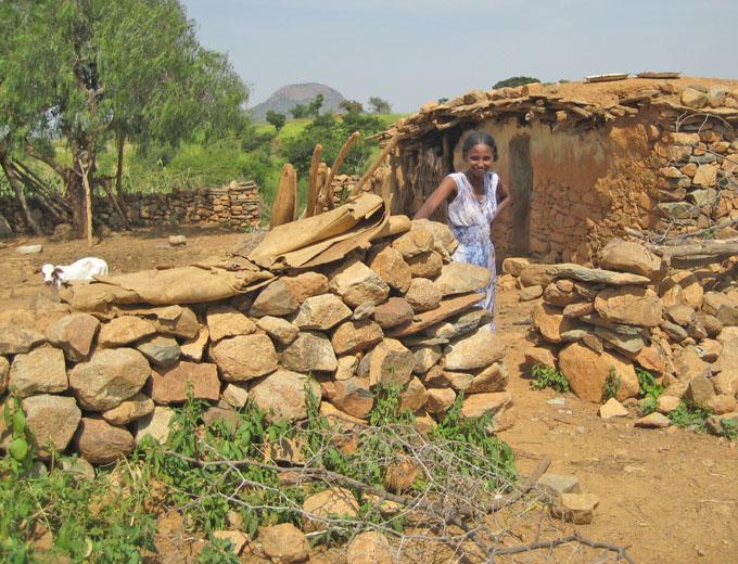 Im ländlichen Bereich werden regionaltypische Steinhäuser aus einfachen Naturmaterialien gebaut. Die Gehöfte sind aus Schutz vor Hyänen mit Dornenhecken und Steinmauern umgeben.