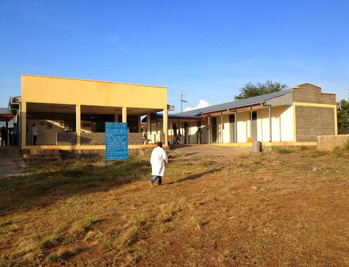 Das Empfangsgebäude des viereckigen Gebäudekomplexes mit Behandlungs-, Entbindungs- und Verwaltungsräumen.