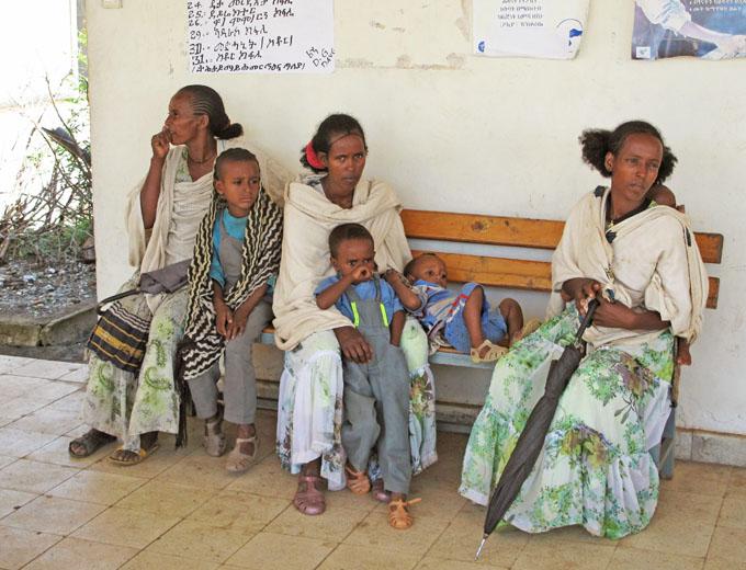 Wartende Mütter mit ihren Kindern, die auch lange Wege nicht scheuen, um sich und ihre Kinder im Health Centre impfen zu lassen.