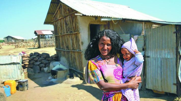 Die Lebensumstände in den Ortschaften sind meist prekär. Aus einfachsten Materialien werden primitive Behausungen gebaut – ohne Strom- und Wasseranschluss. Familien, manchmal bis zu 8 Personen, leben darin auf engstem Raum.