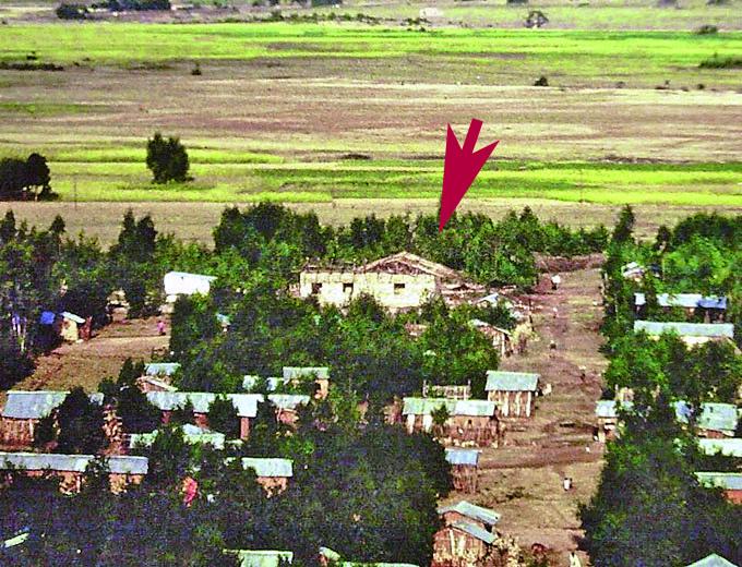 1993: Das Grundstück für das Medizinische Zentrum liegt noch am Stadtrand. Der Pfeil markiert den Rohbau.