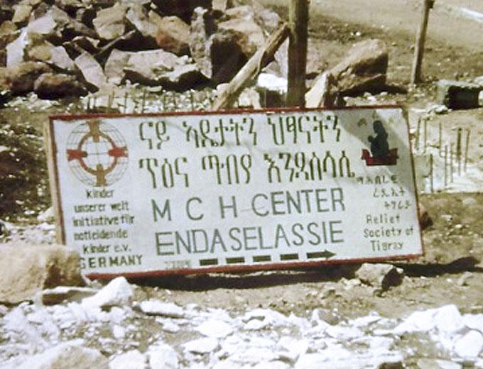 1993: Bauschild mit den gemalten Logos von »kinder unserer welt« und der Projektpartner-NGO »Relief Society of Tigray« (REST).