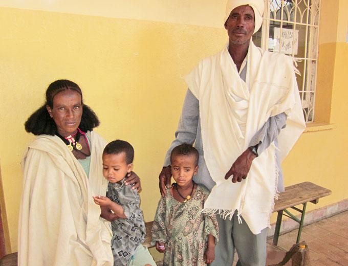 Wartende tigrinische Familie. Viele Kinder in der Region sind durch Mangelernährung und anhaltende Infektionen durch fehlende Hygiene in schlechter körperlicher Verfassung und so u.U. in ihrer Entwicklung gehemmt.