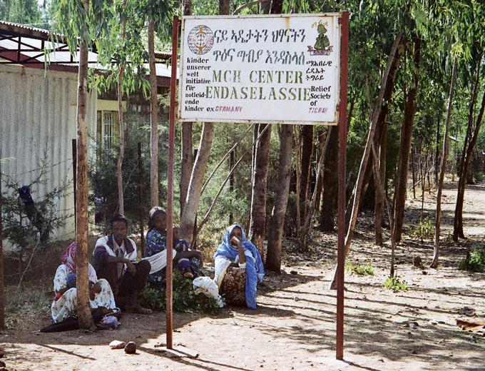 Wartende Patienten am frühen Morgen vor dem Tor des Medizinischen Zentrums.