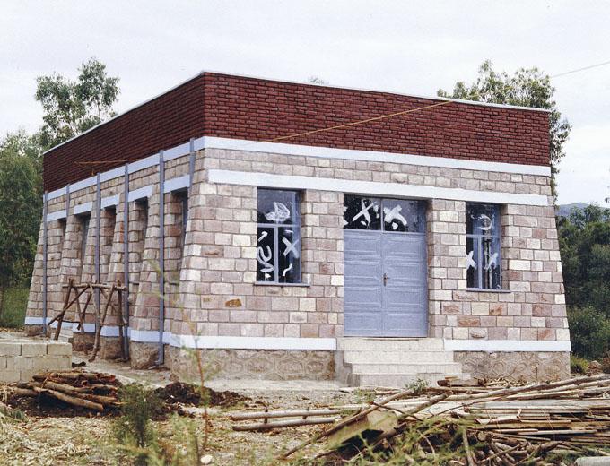 1997: Bau eines Schulungsgebäudes. In ihm werden Gesundheitsberatung für Familien sowie Aus- und Weiterbildungsmaßnahmen für medizinische Fachkräfte durchgeführt.