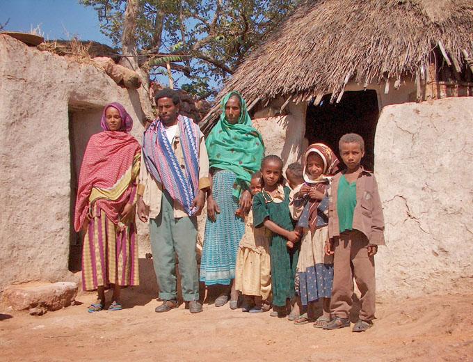 2002: Start des »Health Extension Programme«. 90 Modellfamilien aus den umliegenden Dörfern werden zu Hause von Fachkräften des Zentrums im Rahmen praxisorientierter Gesundheits- und Ernährungsberatung wöchentlich aufgesucht ...