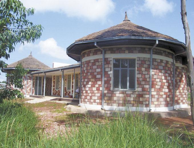 Der Baukörper lehnt sich architektisch den Rundhütten (Tukuls), der traditionellen äthiopischen Behausung, an. Mehr und mehr Frauen suchen ab Frühjahr 2008 das Zentrum für eine sichere, fachlich kompetent begleitete Geburt auf.