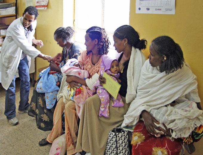 Nachgeburtliche medizinische Betreuung und Versorgung der Wöchnerinnen, z.B. durch Impfungen und – wenn notwendig – Medikamentenzuteilung für sich und ihre Neugeborenen.