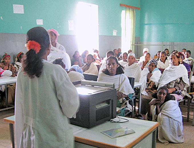 Aufklärungsvortrag für Patientinnen im Schulungsgebäude, z.B. über sexuell übertragbare Krankheiten (STI), zur Ernährungsverbesserung oder zu Hygienemaßnahmen in ihrem Wohnumfeld.