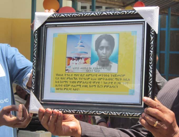 Ehrentafel mit der Namenspatronin: Alganesh Kashay. Sie starb als erste weibliche Märtyrerin im Kampf gegen das Derg-Regime für Demokratie, Menschenrechte, Frauenrechte und das Recht auf Selbstbestimmung.