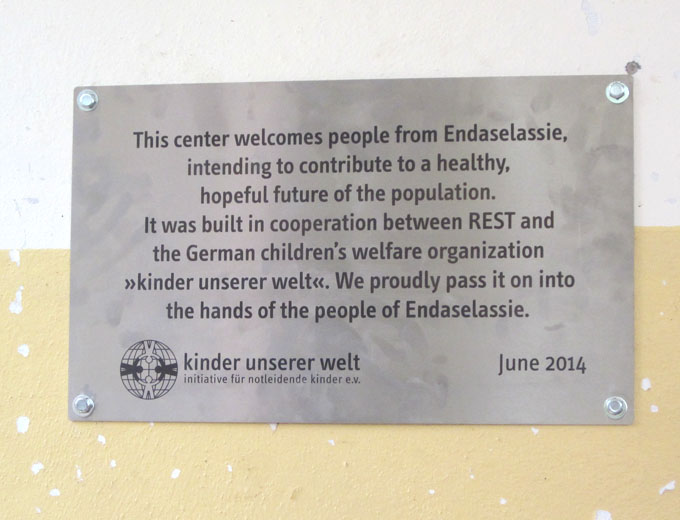 """Bereits angebrachte Gedenktafel. """"Dieses Zentrum dient den Menschen aus Endaselassie und soll zu einer gesunden, hoffnungsvollen Zukunft beitragen..."""""""