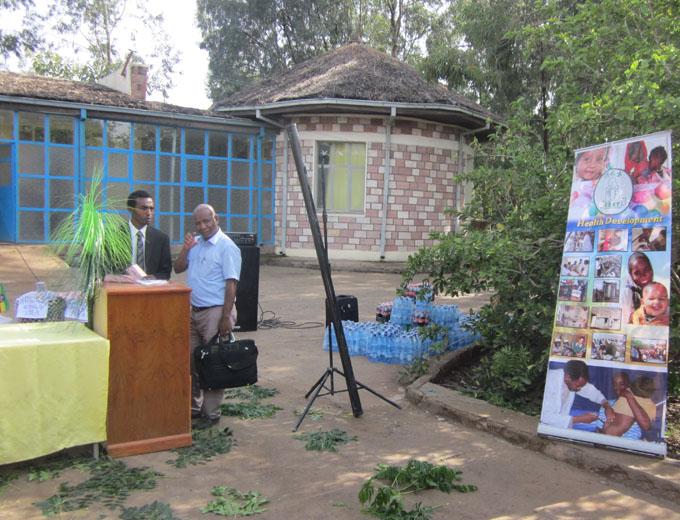 Letzte Vorbereitungen durch REST-Koordinator Tesfay vor dem offiziellen Teil.