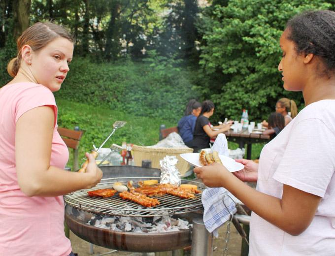 Programmpunkt 3 am Samstag: Gemeinsames Grillen an der Jugendherberge.