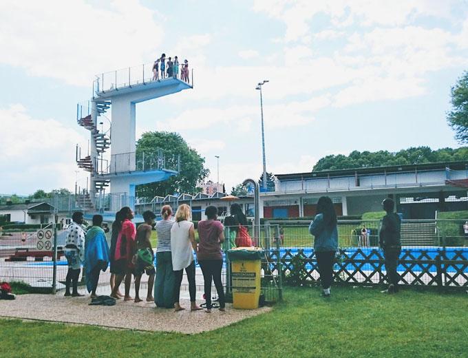 Programmpunkt 2 am Sonntag: Das Freibad Kleinfeldchen, nahe der Jugendherberge. Der 10-Meter-Turm lockt zu außergewöhnlichen Mutproben.