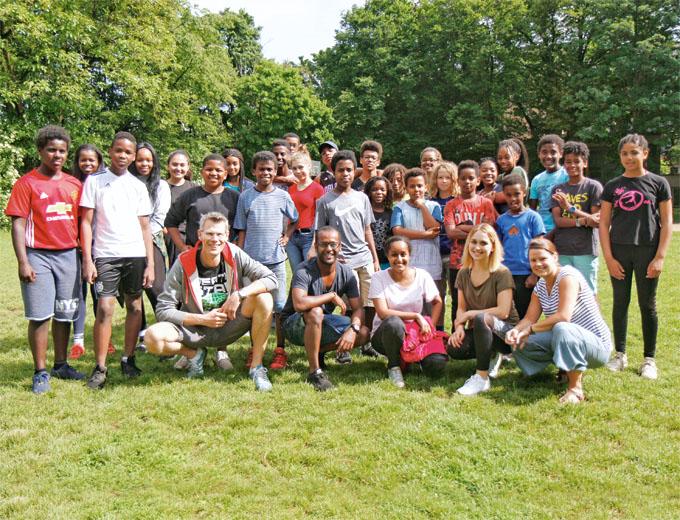 Gruppenfoto mit allen 26 Kids und den fünf Teamern (vorne).